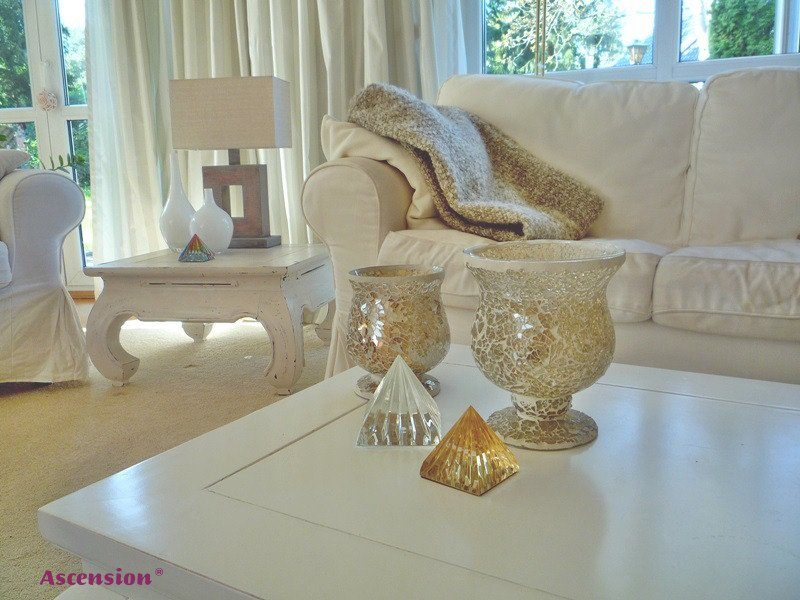 weiße und goldene Lichtkristallpyramide, im Wohnzimmer stehend